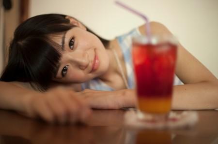 コップごしの優希美青。