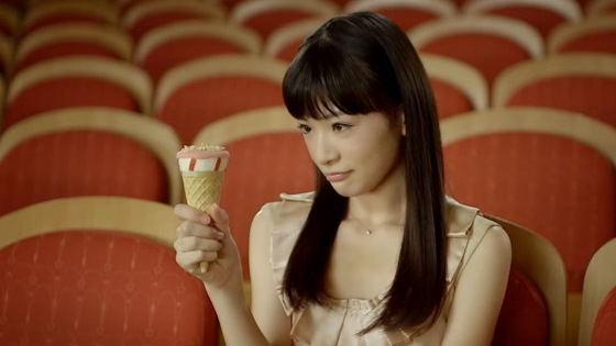 アイスを見つめる優希美青。